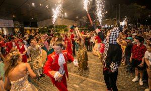 Xem 12 cây cầu nổi tiếng thế giới di động trên đường phố Đà Nẵng – Mô hình xe hoa Lễ hội pháo hoa Quốc tế Đà Nẵng 7