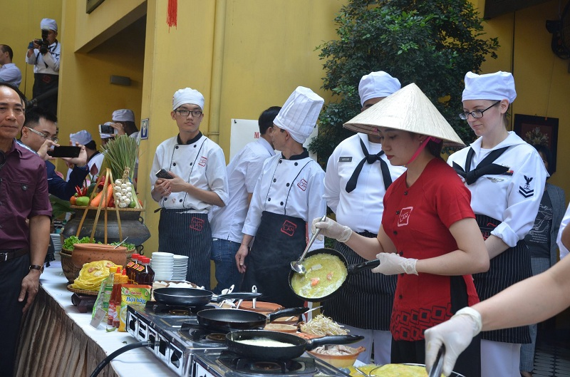 Đầu bếp trên tàu sân bay Mỹ giao lưu ẩm thực tại Đà Nẵng