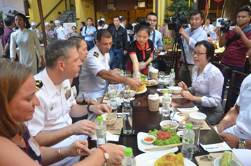 Đầu bếp trên tàu sân bay Mỹ giao lưu ẩm thực tại Đà Nẵng 10