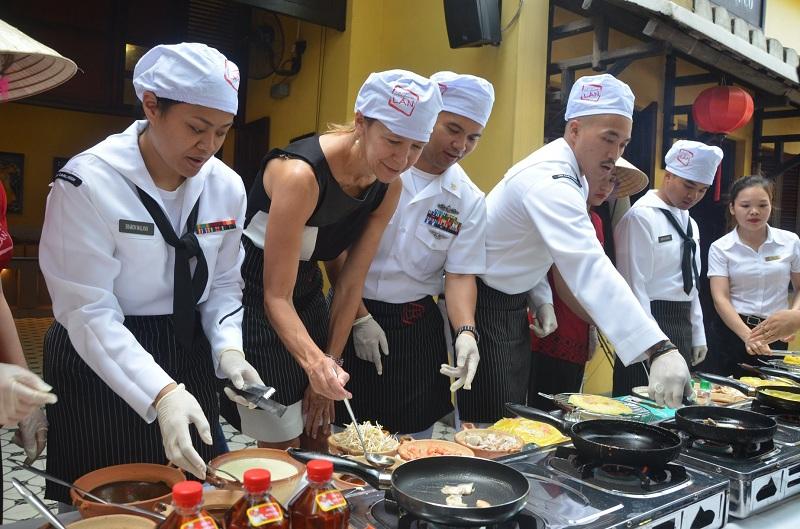 Đầu bếp trên tàu sân bay Mỹ giao lưu ẩm thực tại Đà Nẵng 3