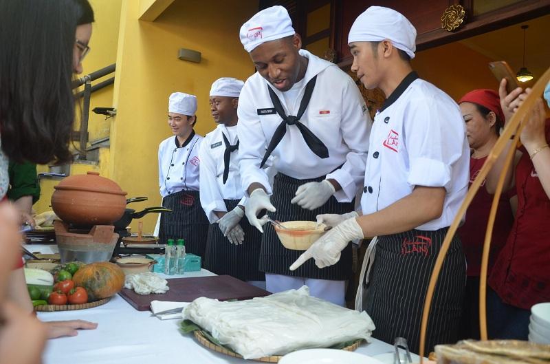 Đầu bếp trên tàu sân bay Mỹ giao lưu ẩm thực tại Đà Nẵng 5