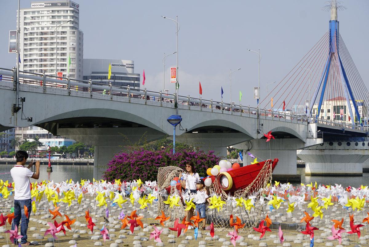 """Chùm ảnh: """"Tiểu ngân hà chong chóng"""" bên bờ sông Hàn Đà Nẵng 3"""