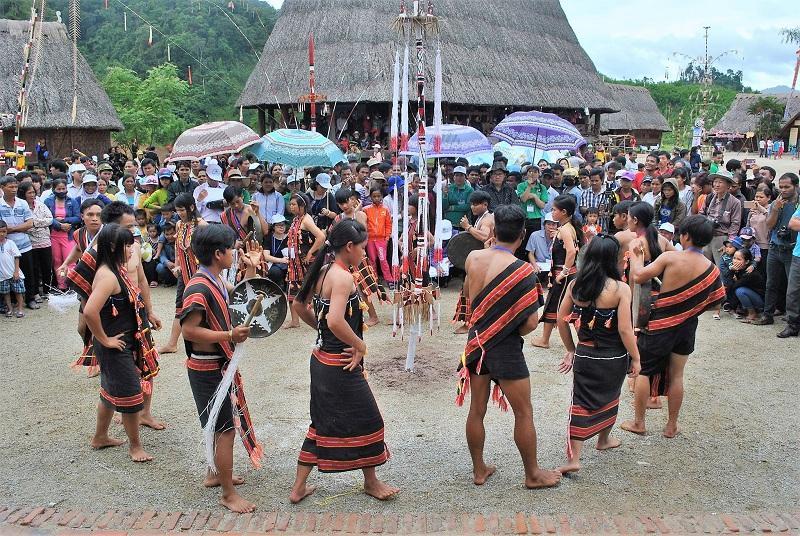 Lễ dựng cây nêu và trình diễn dân ca dân vũ của đồng bào Xơ đăng