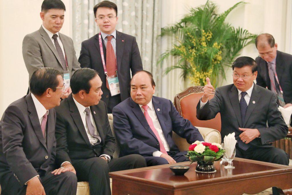 """Lãnh đạo các quốc gia thành viên cũng chia sẻ nhìn nhận rằng, mục đích hình thành một """"Mạng lưới thành phố thông minh"""" còn đóng vai trò hỗ trợ nhau, thúc đẩy kiểm soát tốt hơn các vấn đề an ninh mạng trong khu vực. Và an ninh mạng cũng đã đi vào tuyên bố chung của Hội nghị cấp cao ASEAN lần thứ 32 diễn ra hôm nay (28/4/2018).  Ảnh trên: Thủ tướng Nguyễn Xuân Phúc và lãnh đạo các nước ASEAN tại phiên toàn thể.  Ảnh: Ban Tổ chức Hội nghị Cấp cao ASEAN lần thứ 32."""