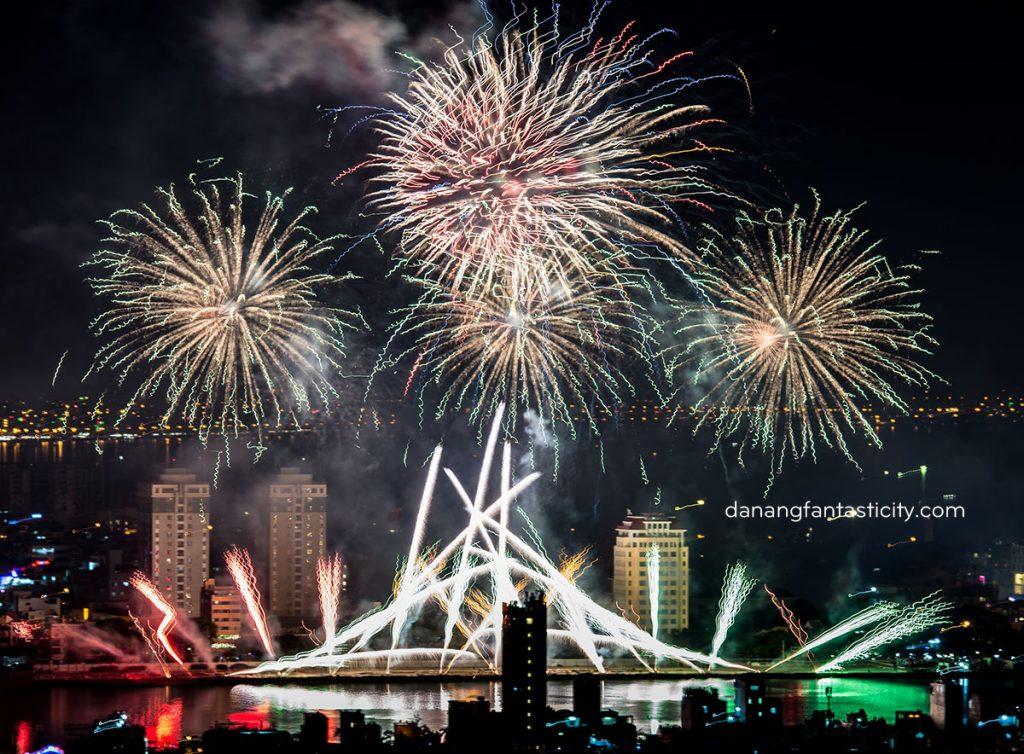 """Lễ hội pháo hoa Quốc tế Đà Nẵng 2018 tiếp tục bùng bổ với đêm thứ hai """"Nhịp cầu Thời gian"""" 9"""