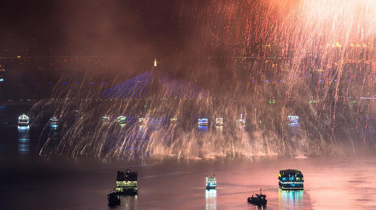 Xem pháo hoa trên du thuyền sông Hàn - Một trải nghiệm thú vị tại Lễ hội Pháo hoa Quốc tế Đà Nẵng 2018 1