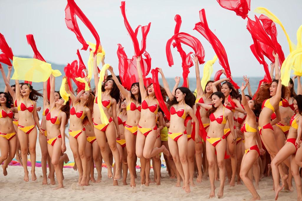 Hấp dẫn chương trình đồng diễn Flashmob Bikini trên bờ biển Đà Nẵng 2