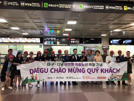 Ông Han Man Soo - Cục trưởng Cục Du lịch - Văn hóa - Thể thao Deagu chụp ảnh lưu niệm với đoàn du khách từ Đà Nẵng bay sang Deagu