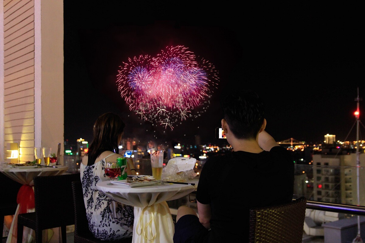 Thuong Thuc Cac Man Trinh Dien Phao Hoa Tai Diamond Sea Hotel Da Nang 01