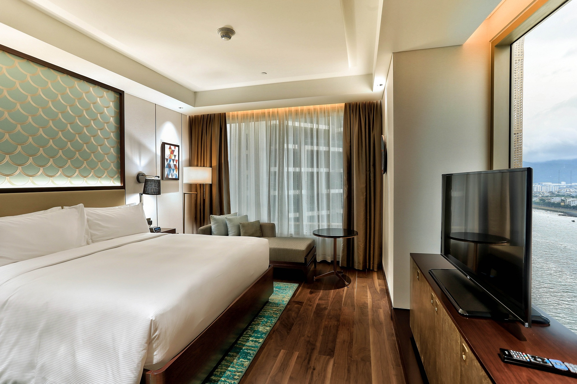 One Bedroom Suite River View Hilton Da Nang Trai Nghiem Khach San Day Phong Cach Giua Long Thanh Pho Danang Fantasticity