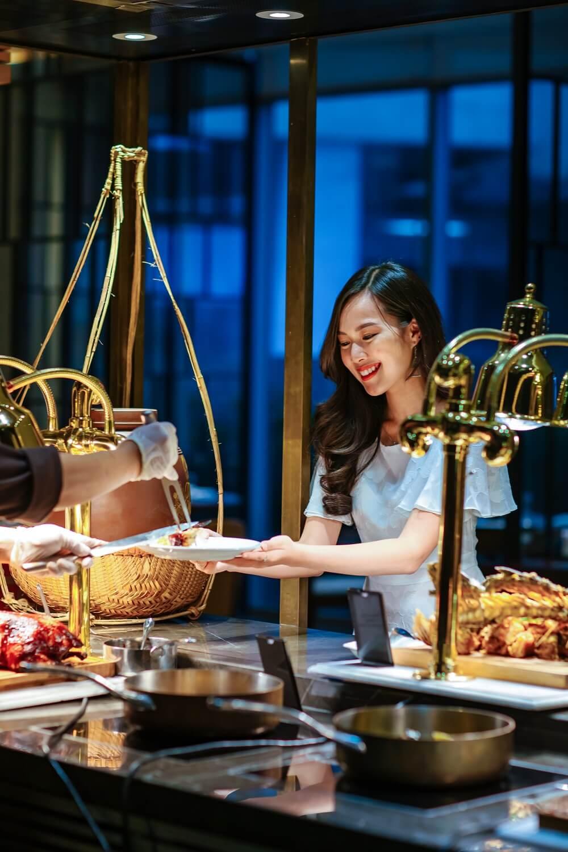 Tiec Hai San Tu Chon Hap Dan Nhat Da Nang Tai Nha Hang Brasserie Nam Hilton Danang Fantasticity Com 013