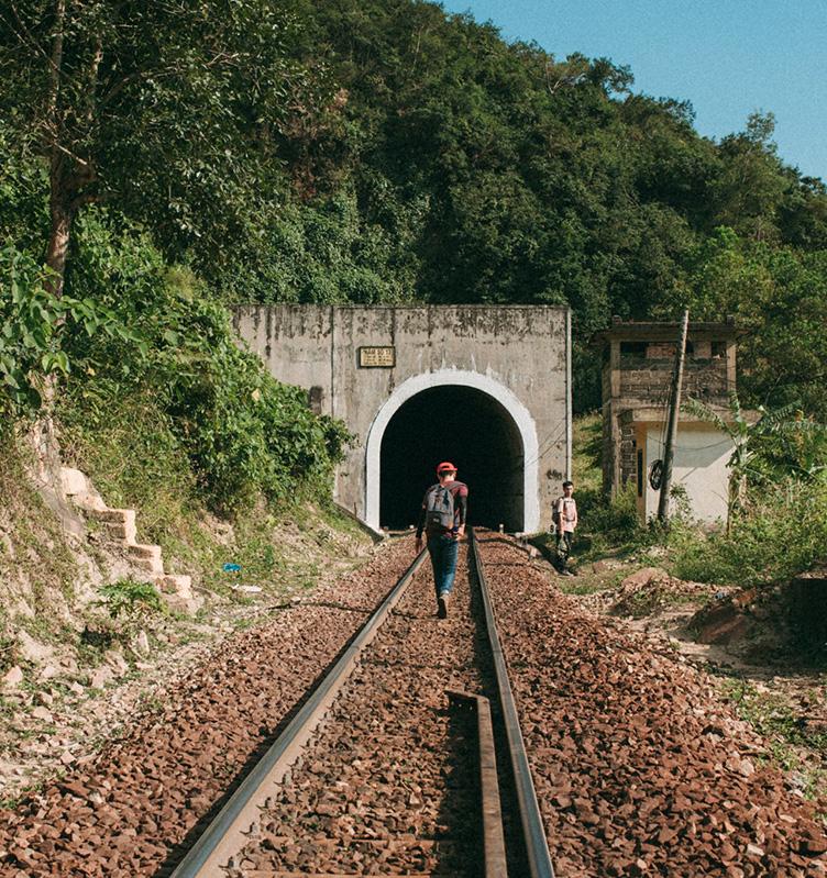 Roi Xa Thanh Pho Tim Den Lang Van Trai Nghiem Nhung Thang Ngay Tuoi Tre 05 2